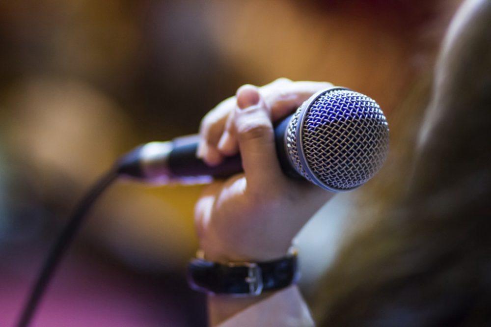 Пение в микрофон